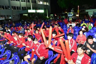 [크기변환]시민들이 시청광장에서 응원을 하고있다 (2).jpg