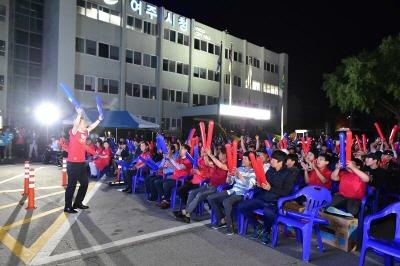 [크기변환]시민들과 응원하는 이항진 여주시장.jpg